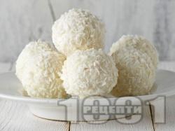 Домашни бонбони (топчета) Рафаело с грис, бадеми и кокос - снимка на рецептата